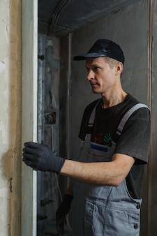 Вокер исправляет руководство, чтобы выровнять стены с лепниной