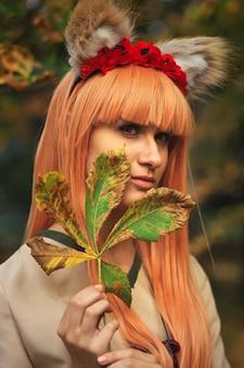 Девушка-волк косплей персонаж в осеннем парке. аниме фестиваль