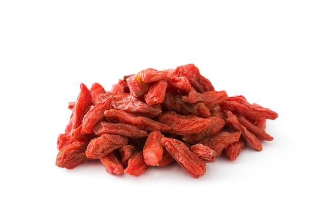 Wolfberries или ягоды годжи, изолированные на белой поверхности