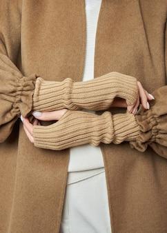 暖かい冬のミトンの手袋をはめたwomãƒâã'â°n。秋の服。美しいネイルマニキュア