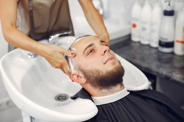 理髪店で男の頭を洗うウォマ