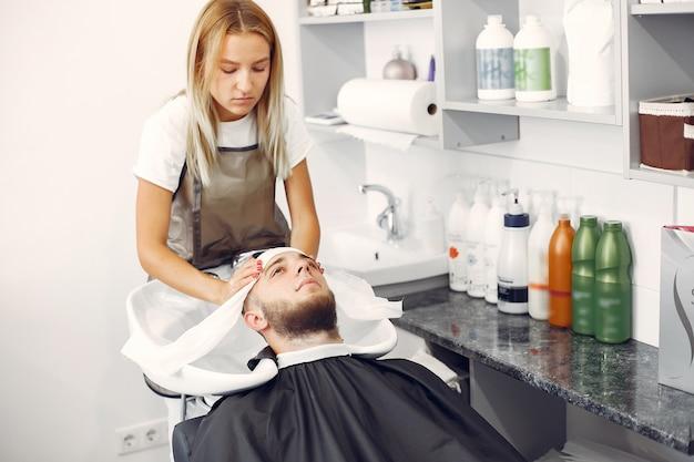 Вома моет мужскую голову в парикмахерской