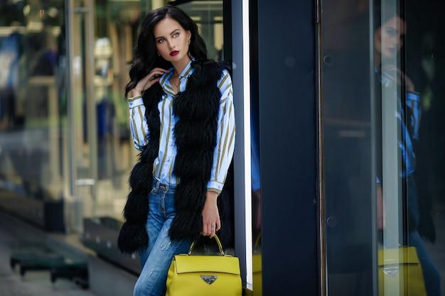 Женщина 30-35 лет на покупках в зарубежном отпуске