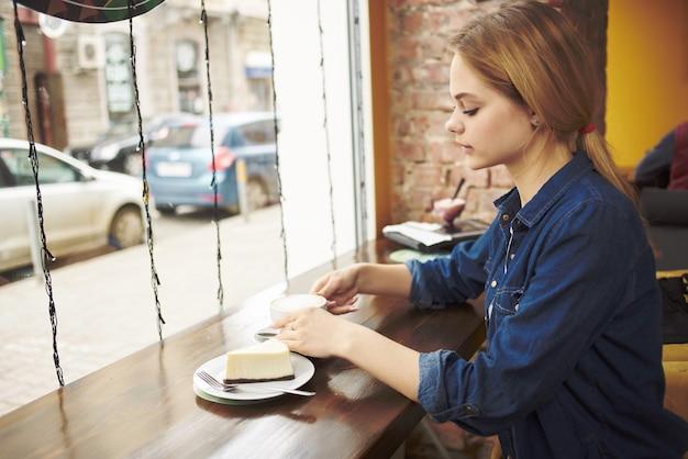Женщина за чашкой кофе в кафе задумчивый взгляд