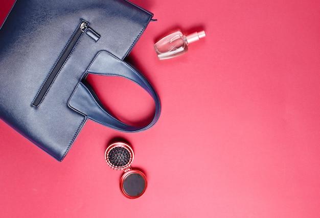 革のバッグと香水瓶の女性のアクセサリー