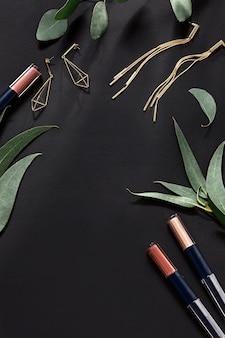 Женские аксессуары с листьями на черном