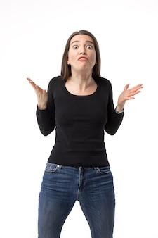白で隔離された積極的に身振りで示す女性