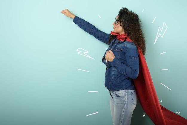 Женщина действует как супергерой. понятие решимости и власти.
