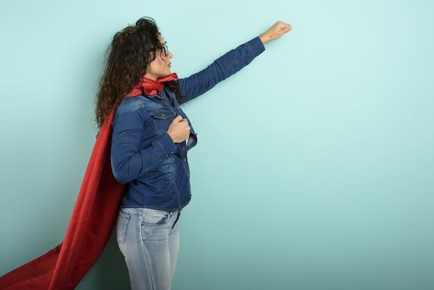 女性はスーパーヒーローのように振る舞います。決意と力の概念。