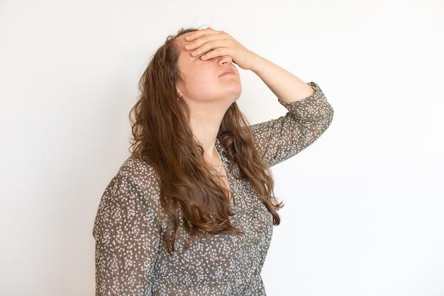 Женщина наркоман и алкоголизм только депрессия стресс, ее голова в руках. концепция психического здоровья
