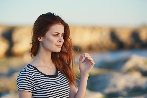 女性は自然旅行山風景の自由を賞賛します Premium写真