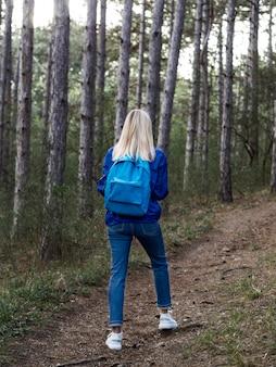 自然の中の女性の冒険