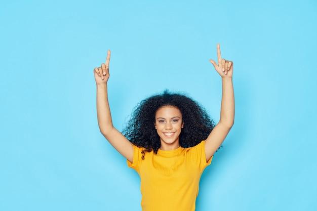 Женщина афроамериканец в футболке в студии