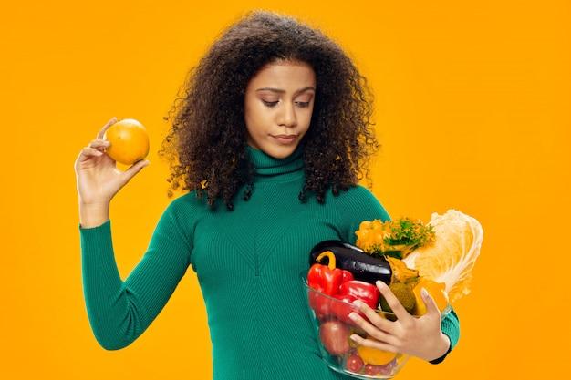 컬러 공간 포즈에 티셔츠 공간에서 여자 아프리카 계 미국인