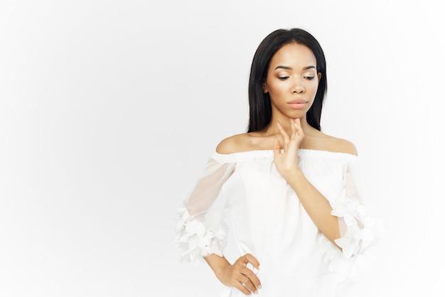 Женщина африканской внешности привлекательный взгляд макияж создает светлый фон. фото высокого качества