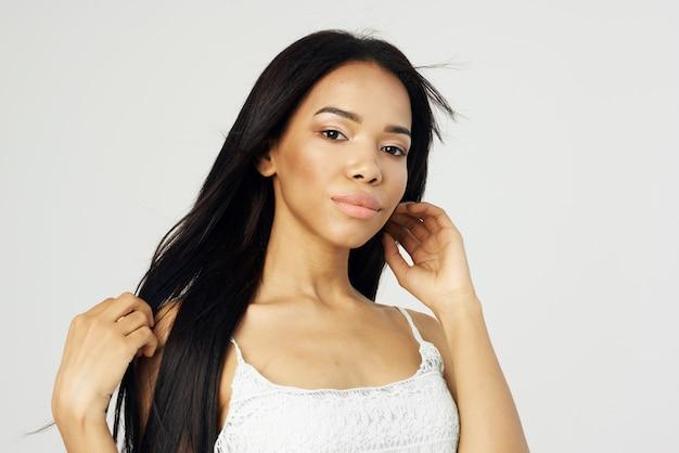Женщина африканская внешность косметика для лица позирует мода крупным планом. фото высокого качества