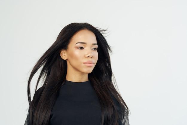 女性アフリカの外観ファッショナブルな髪型ロングヘア化粧品のクローズアップ