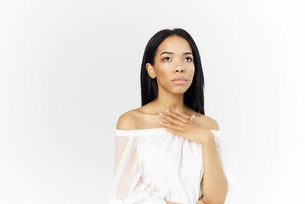 女性アフリカの外観ポーズ化粧品高級モデル