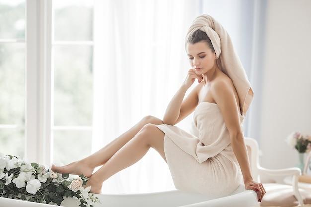 Женщина после душа. девушка в ванной.