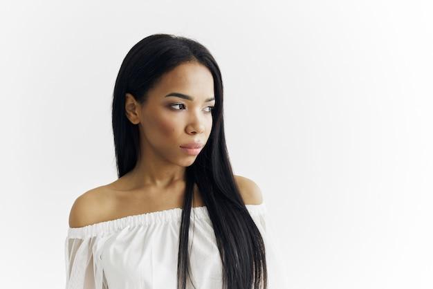 女性アメリカ人の外観髪型化粧品明るい背景