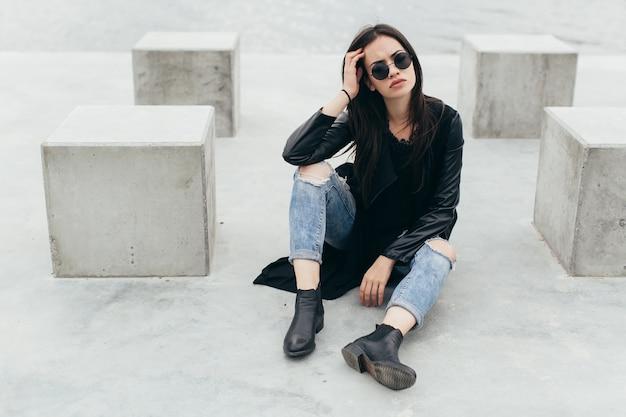 Женщина среди цементных кубиков