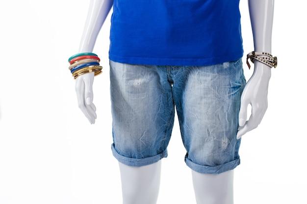 여성용 롱 라이트 데님 쇼츠. 마네킹에 긴 데님 반바지. 고품질 반바지 및 액세서리. 새로운 컬렉션의 여름 반바지.