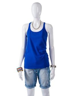 여성용 일반 파란색 탱크탑. 마네킹에 파란색 탱크 탑. 파란색 탑이 있는 여름 복장. 쇼케이스에 간단한 면 옷.