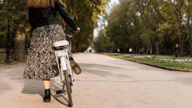 Женщина и велосипед копируют пространство