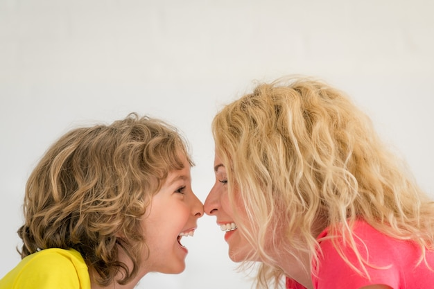 Женщина и ребенок дома Premium Фотографии