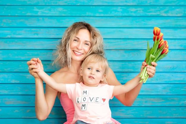 Женщина и ребенок дома
