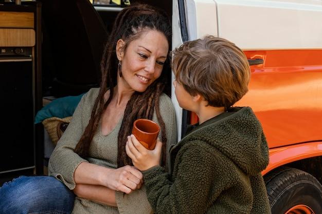 Женщина и ребенок пьют воду