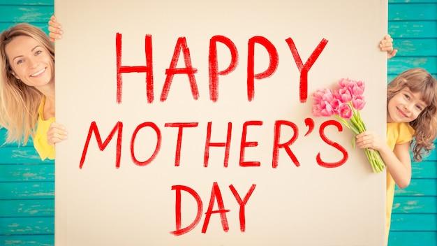 Женщина и ребенок с букетом цветов на зеленом фоне весенний семейный праздник день матери
