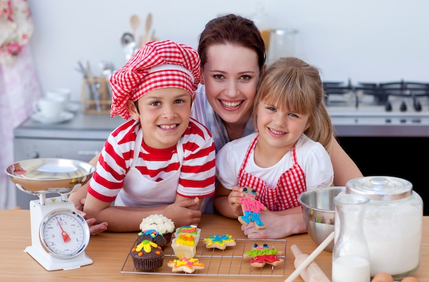 여자와 부엌에서 제빵 어린이
