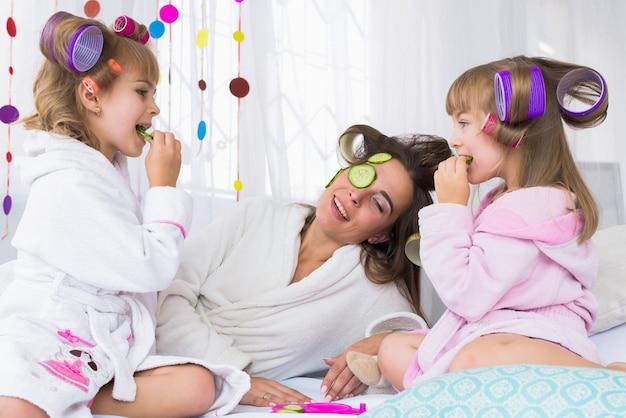 ベッドの上の女性と子供たち