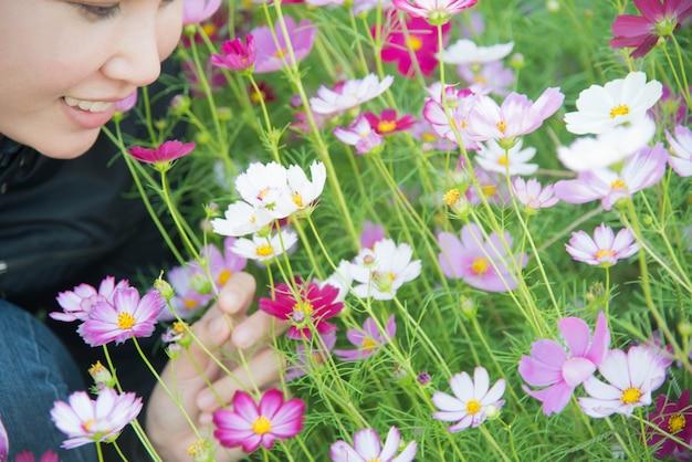 フラワーガーデンの女性とコスモスの花