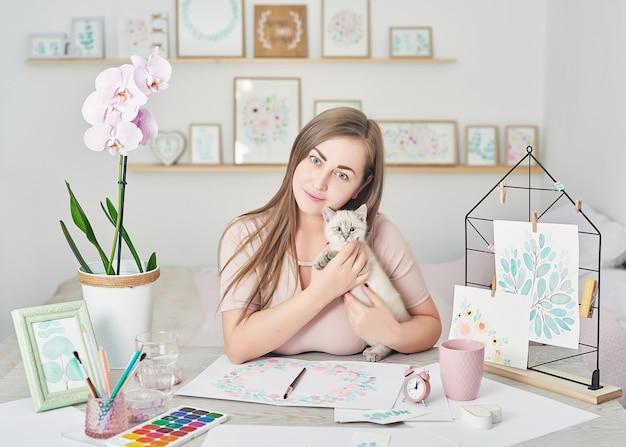 友情と愛の女性とかわいい子猫の概念