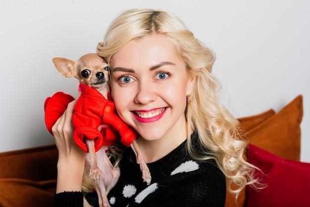 Женщина и собака наслаждаются объятиями во время рождества