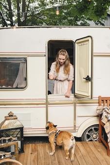 Женщина и собака готовы к поездке