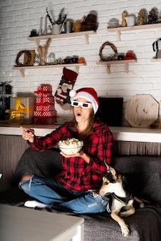 Женщина и собака смотрят фильмы дома