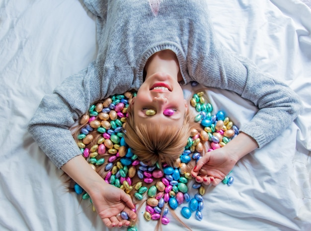 침대에서 여자와 부활절 사탕
