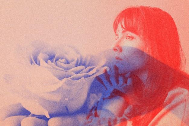 女性と花の背景の赤と青のトーン