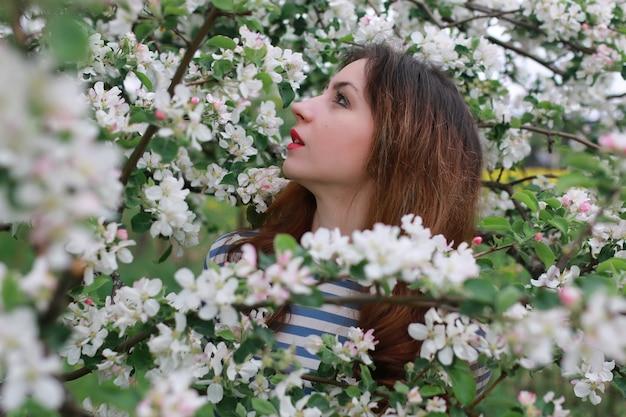 여자와 꽃 나무 사과