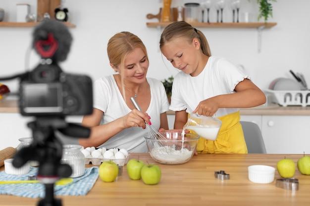 女性と女の子の料理