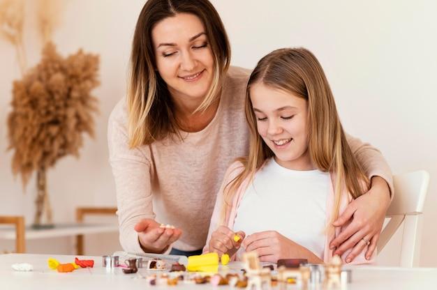 粘土で遊ぶ女性と少女