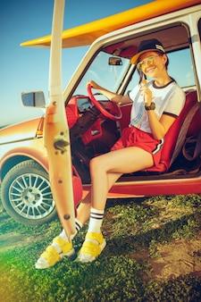 女性と車での幸せな旅
