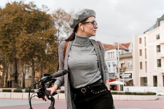 女性と彼女の自転車