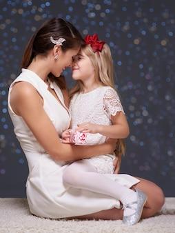 여자와 크리스마스 시간 동안 그녀의 딸
