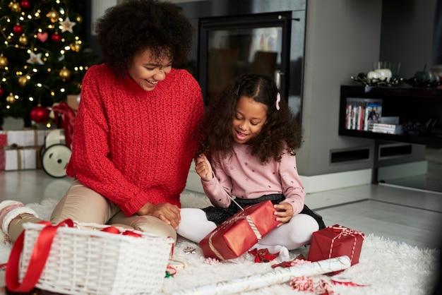 여자와 그녀의 딸 크리스마스 선물 포장