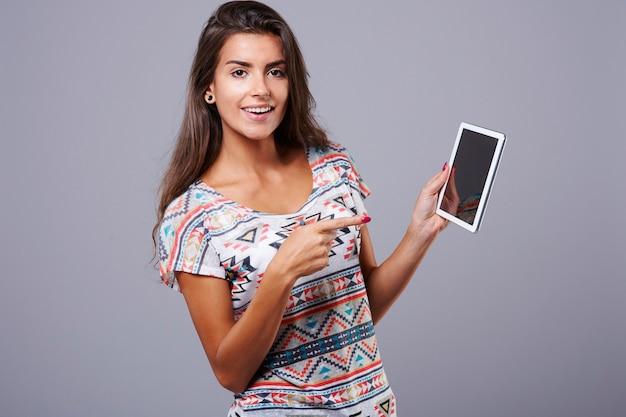 Женщина и ее цифровой планшет