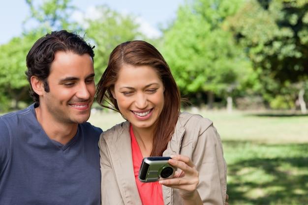 여자와 그녀의 친구는 카메라에서 사진을보고